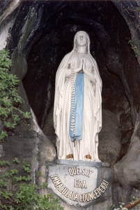 Vierge_Grotte_des_apparitions_-®OT_Lourdes_Studio_GP_Photo[2]